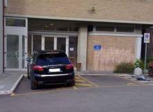 Immagine di una macchina che ha parcheggiato abusivamente in un posto riservato a persone con disabilità